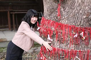 ご神木に抱きつくOS☆Uさきやんこと大野咲貴さん